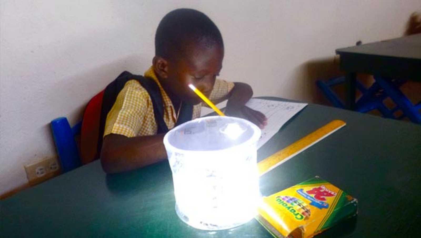 Luci, una lámpara que carga su batería con energía solar
