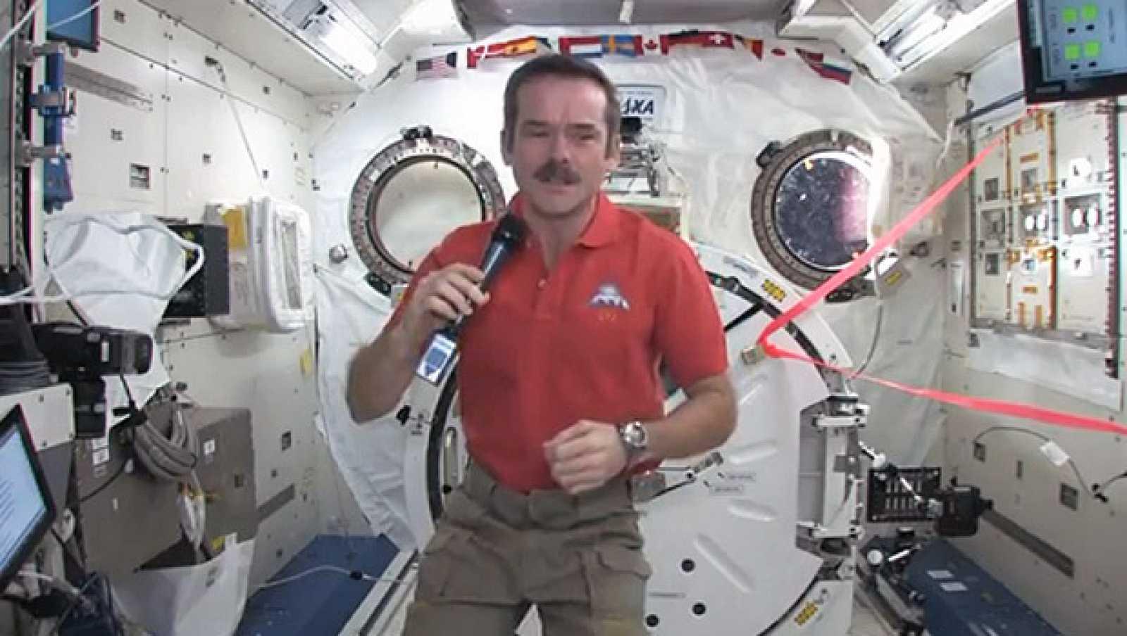Chris Hadfield conversando con el 'Capitán Kirk' en la ISS.