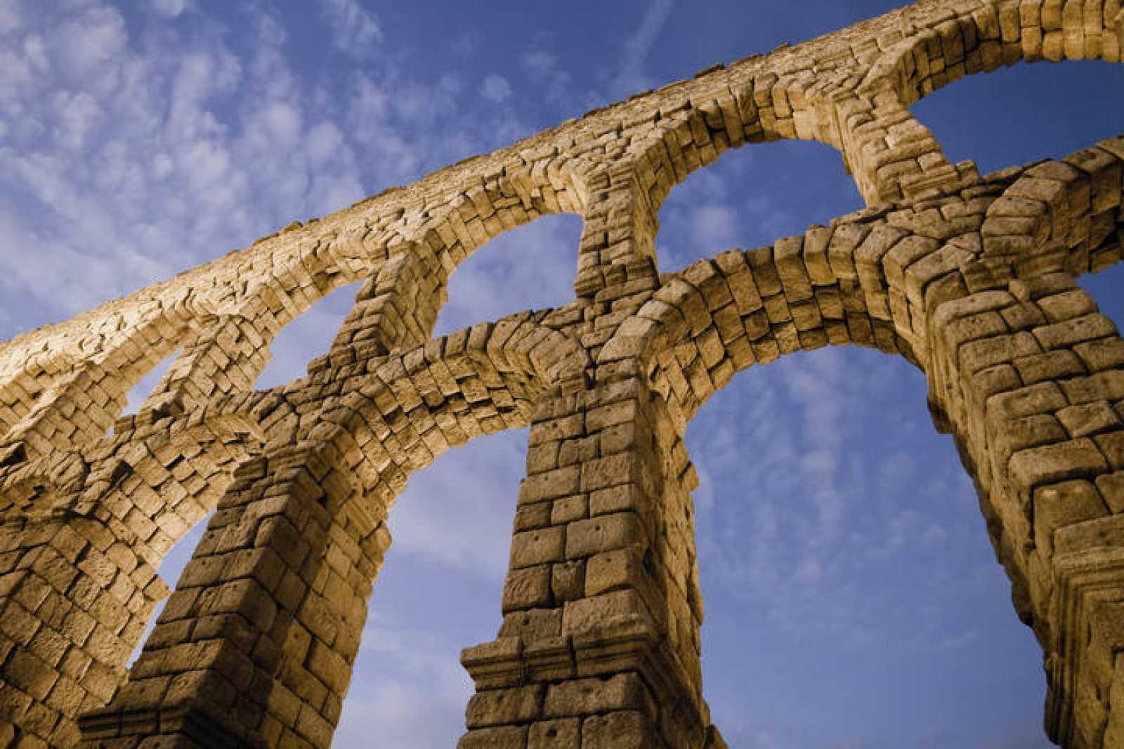 Acueducto de Segovia al anochecer.
