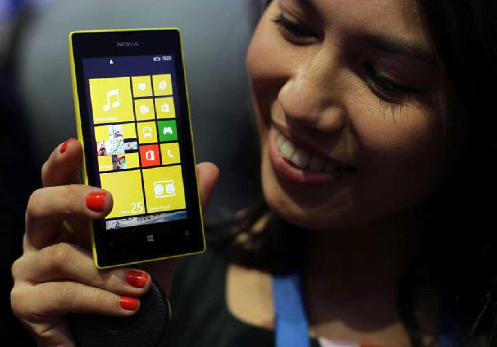"""Una azafata muestra el nuevo Nokia Lumia 520, que se comercializará a partir de este año a precios """"más asequibles""""."""