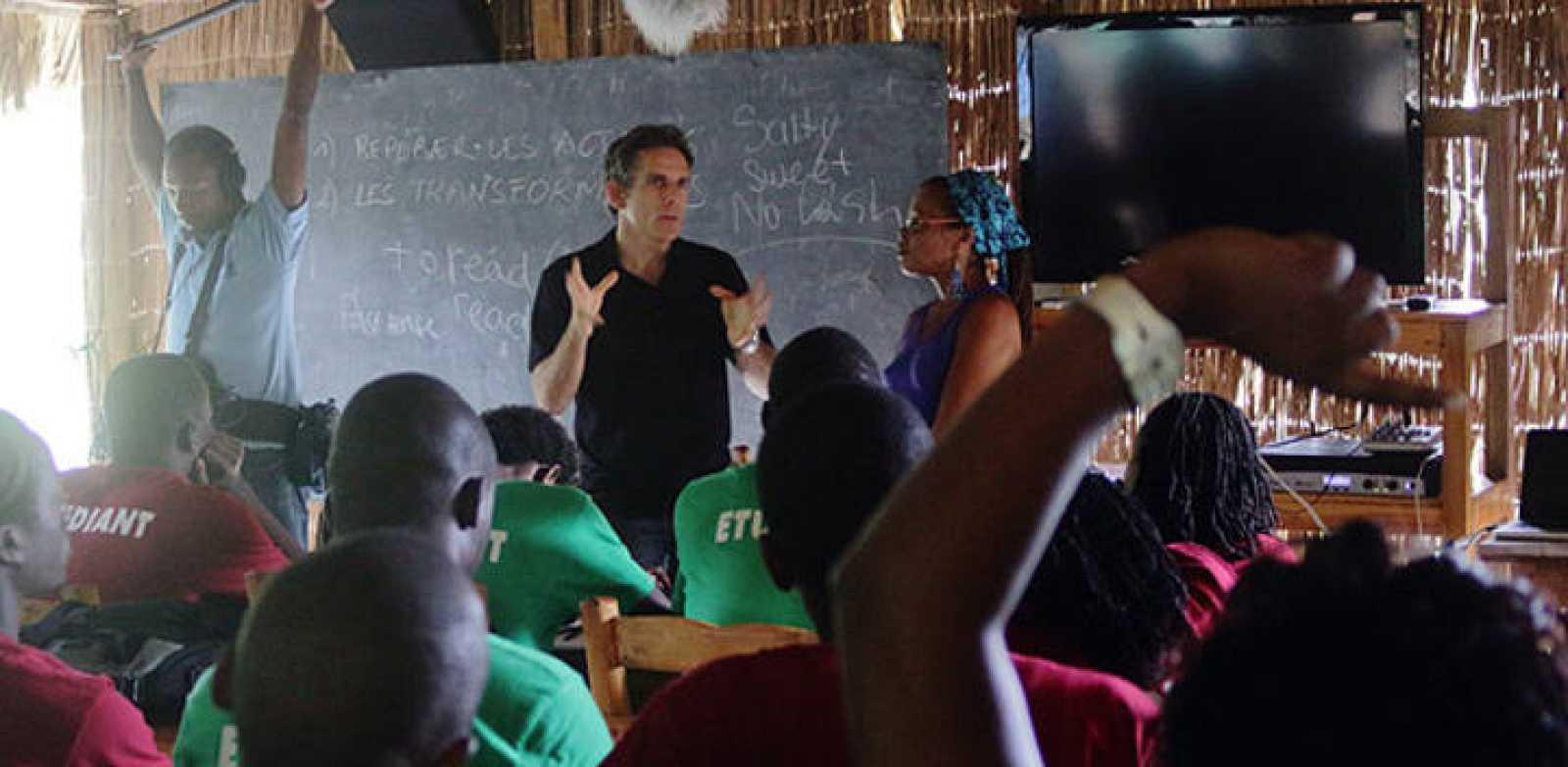 El actor Ben Stiller dando una charla a los alumnos junto a la co-directora de Ciné Institute, Paula Hyppolite