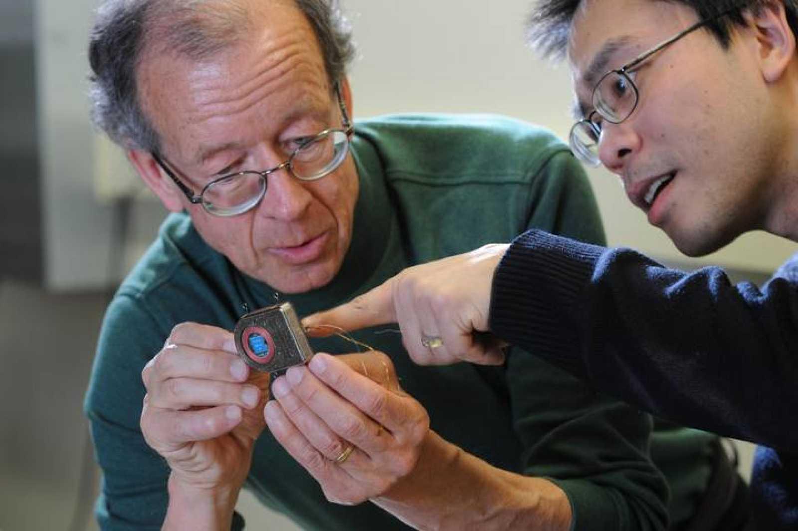 Los ingenieros Arto Nurmikko y Ming Yin examinan sus prototipos inalámbricos.