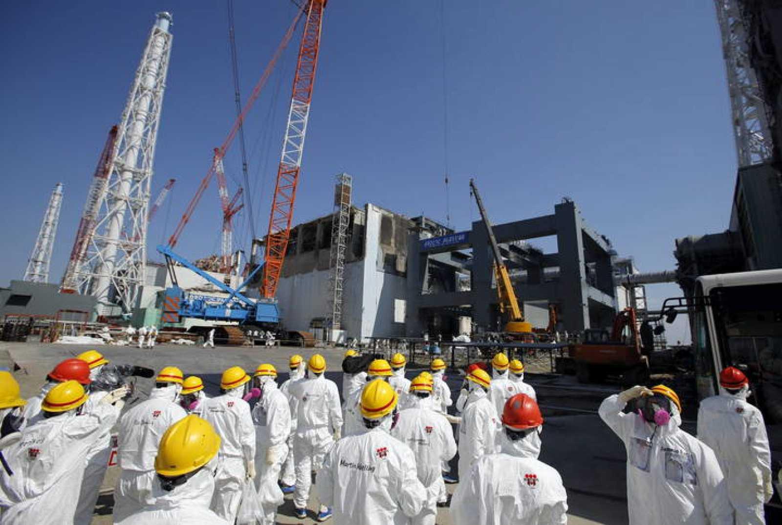 Periodistas visitando el reactor número 4 de Fukushima