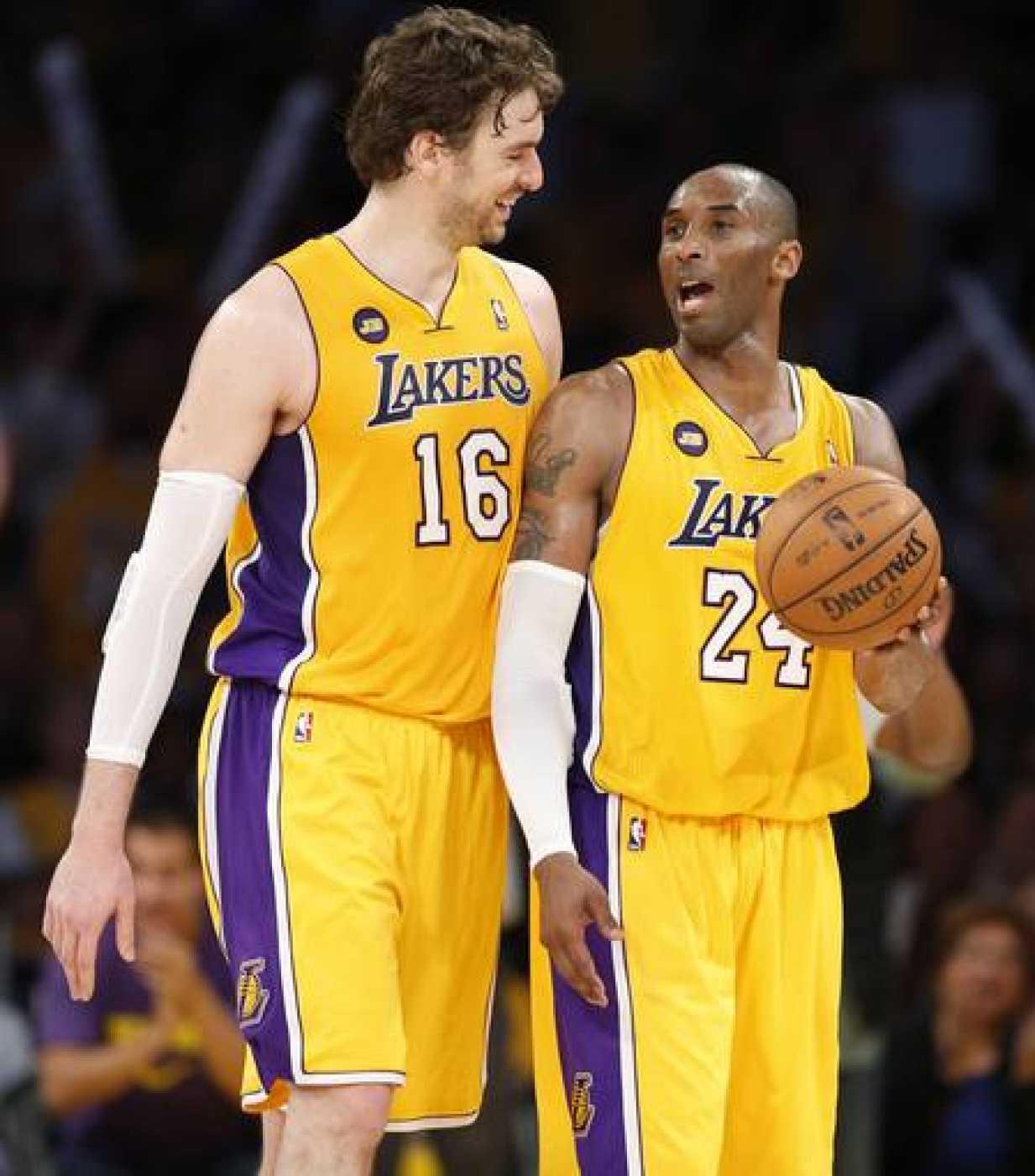 LPau Gasol (i) y Kobe Bryant, compañeros en los Ángeles Lakers, sonríen durante el partido