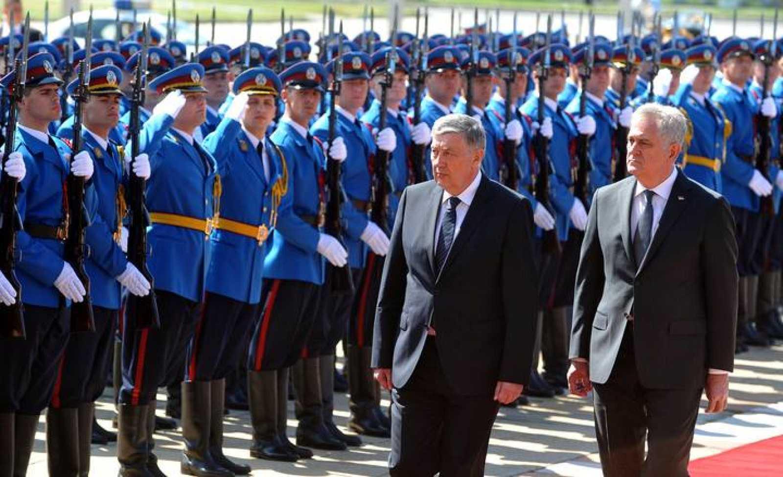 El presidente serbio, Tomislav Nikolic, (derecha) junto al jefe de la presidencia de Bosnia-Herzegovina, Nebojasa Radamanovic (izquierda).