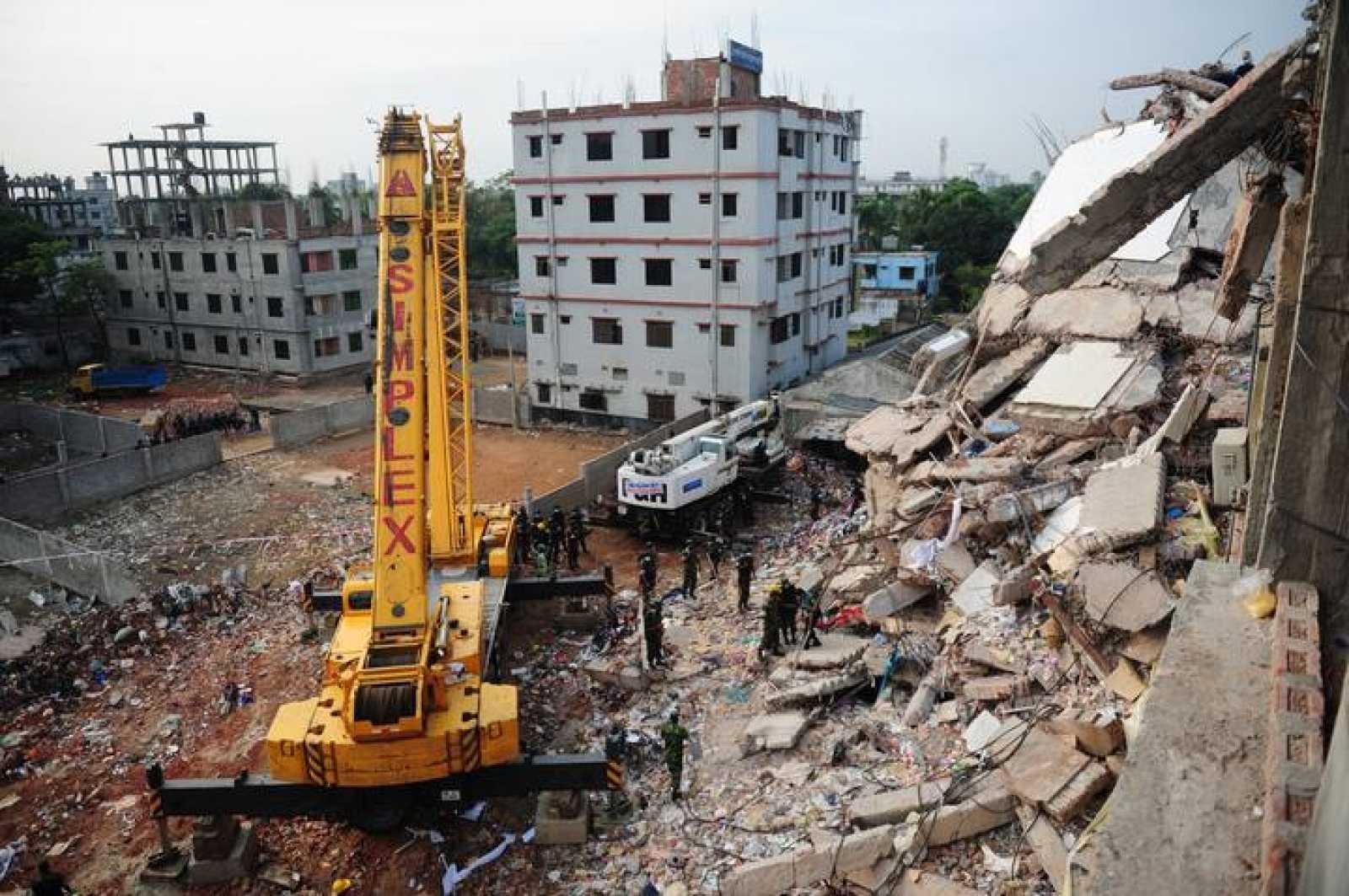Una grúa trabaja entre los escombros del Rana Plaza, el 28 de abril