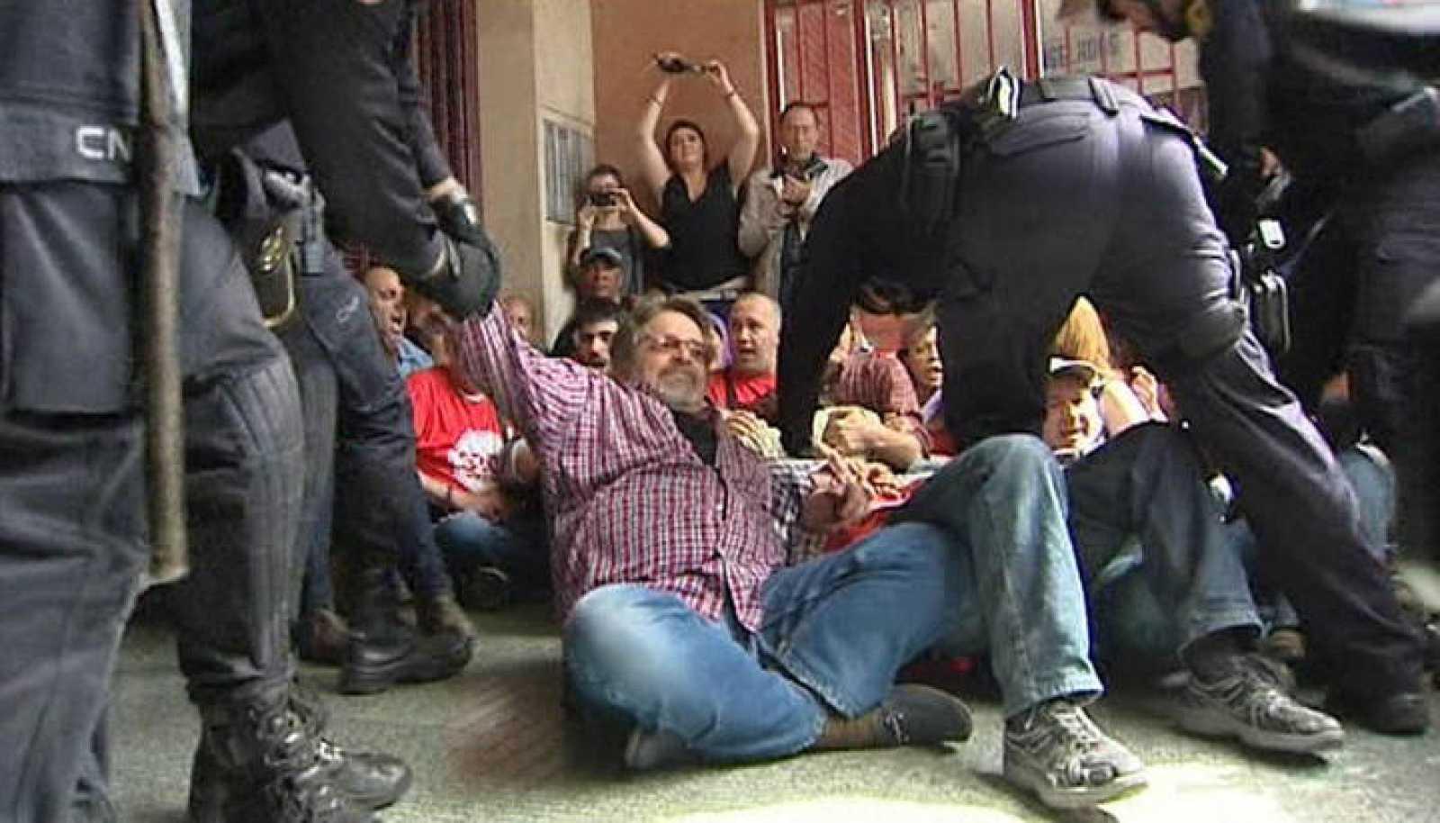 DOS DETENIDOS AL TRATAR DE EVITAR EL DESAHUCIO DE FAMILIA CUBANA EN ALICANTE