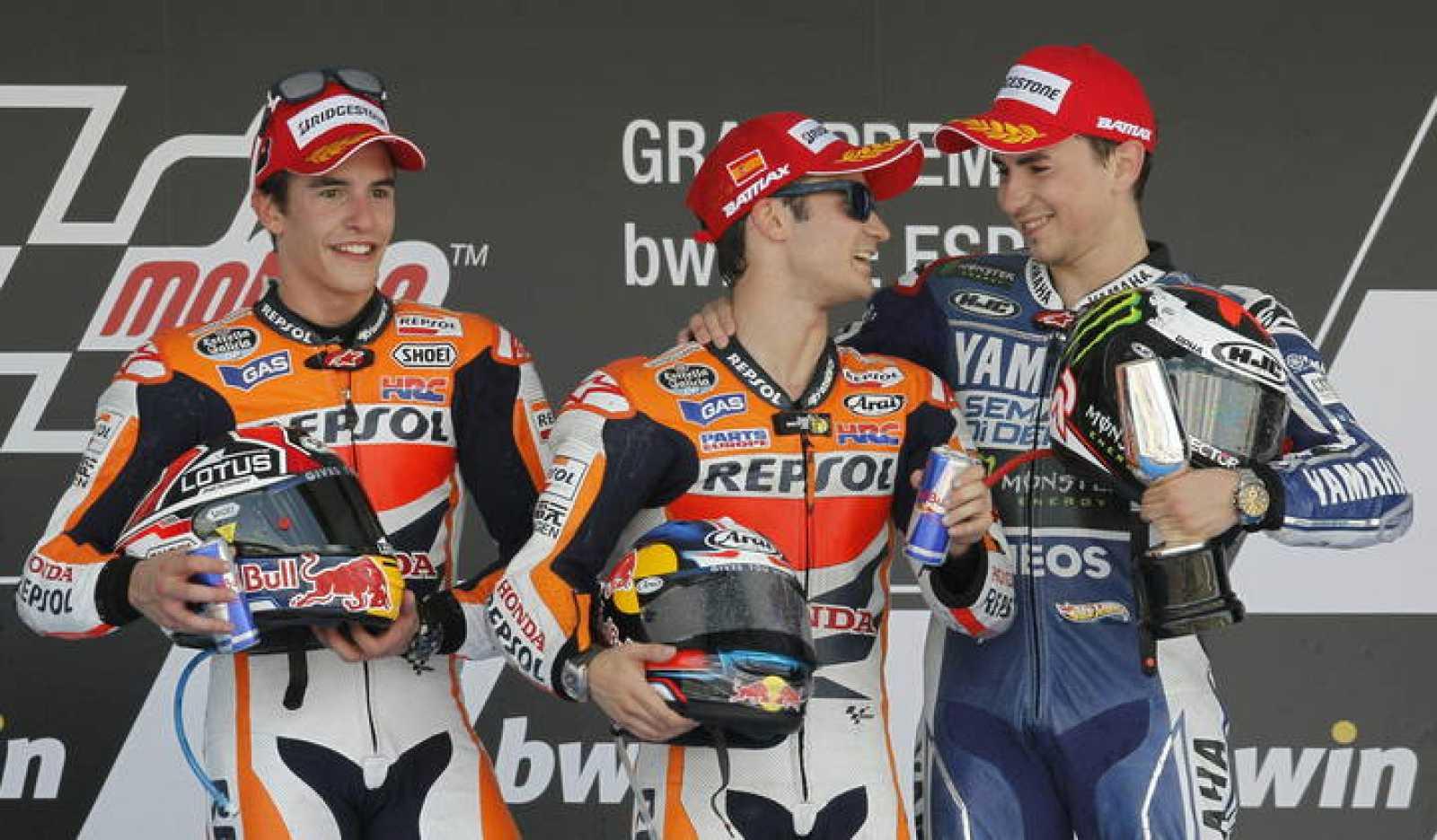 Dani Pedrosa (c) junto a Marc Márquez (i) y Jorge Lorenzo, pilotos de MotoGP, en el podio del circuito de Jerez