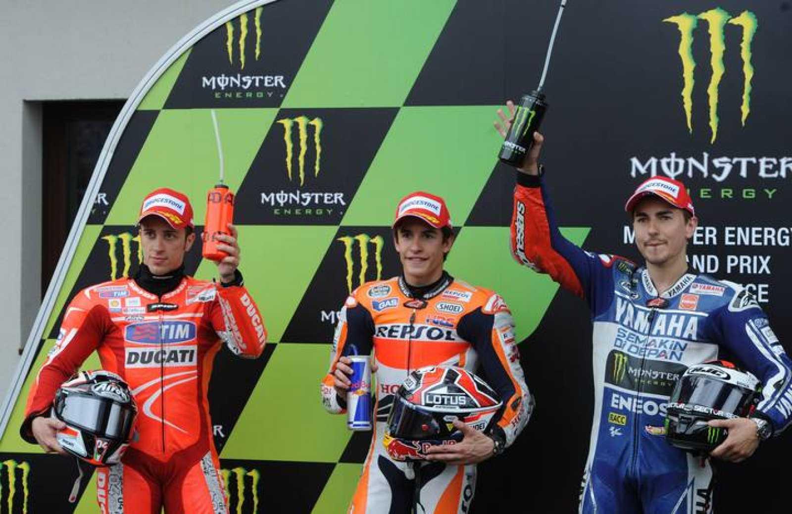 Márquez escoltado por Dovizioso y Lorenzo en el podio de La Mans.
