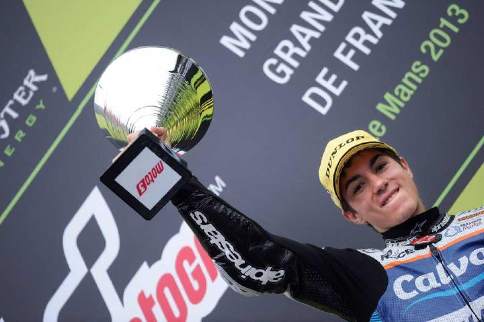 Maverick Viñales celebra el triunfo en el podio de Le Mans.
