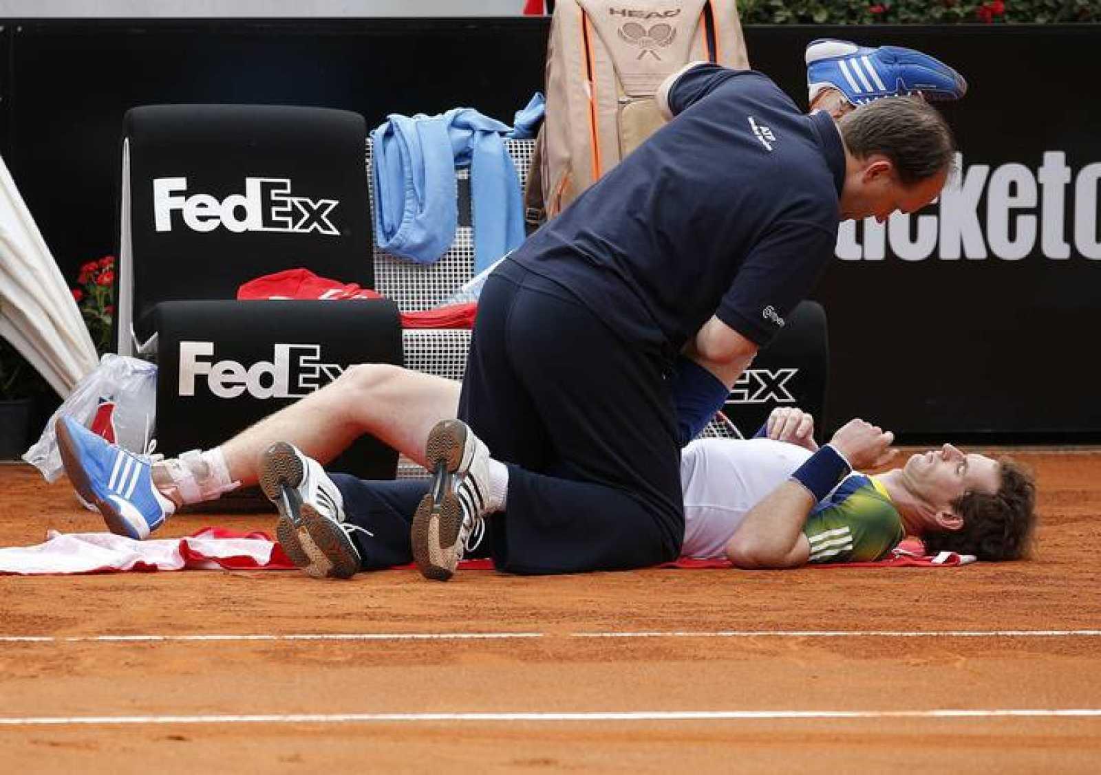 Murray, siendo atendido por el médico por sus problemas de espalda en el Masters 1000 de Roma frente a Marcel Granollers