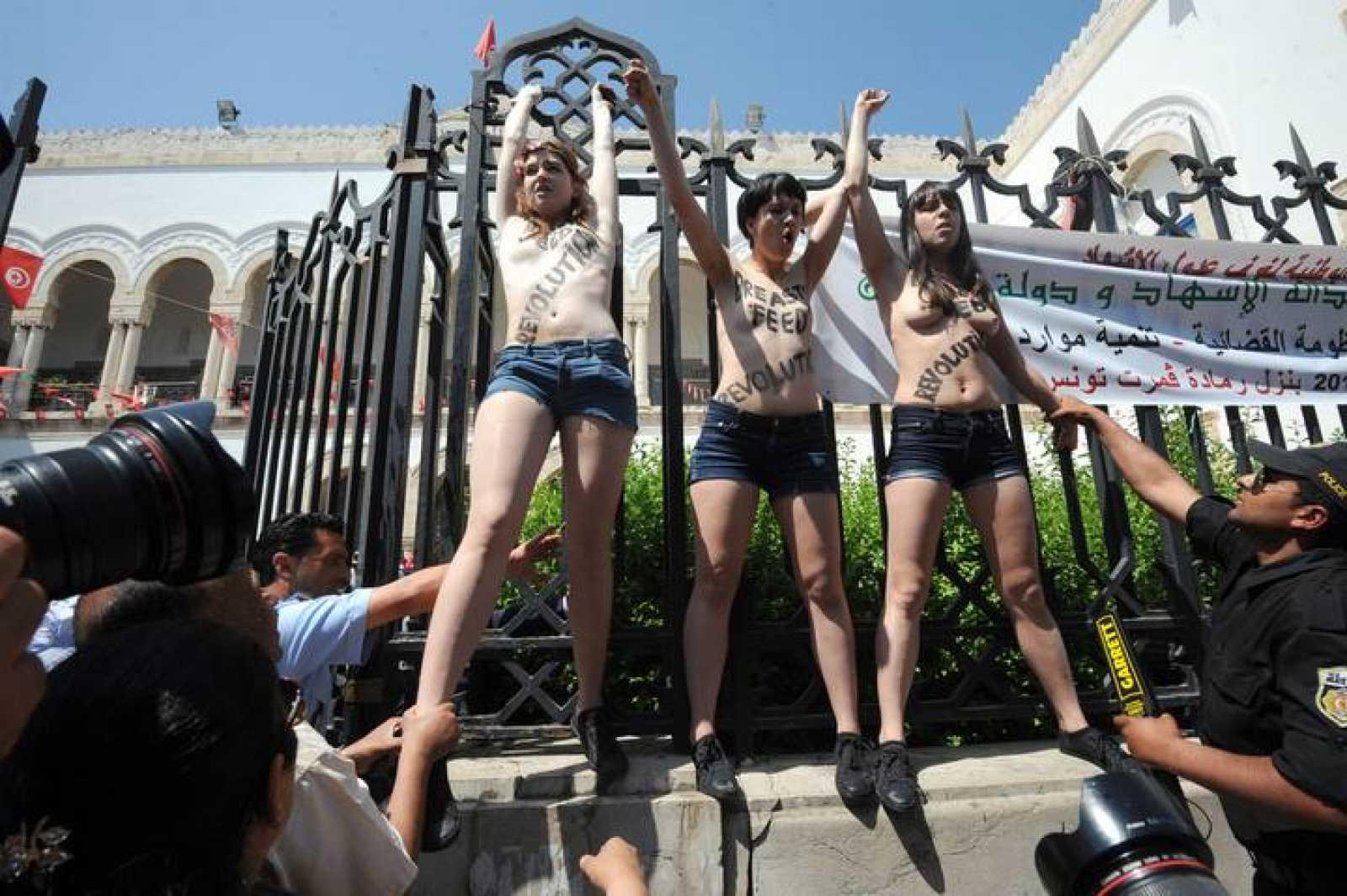 Tres activistas del grupo feminista Femen se manifiestan frente al Palacio de Justicia en Túnez