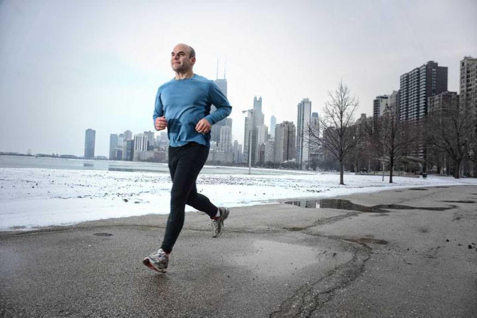 Hombre corriendo en ciudad.