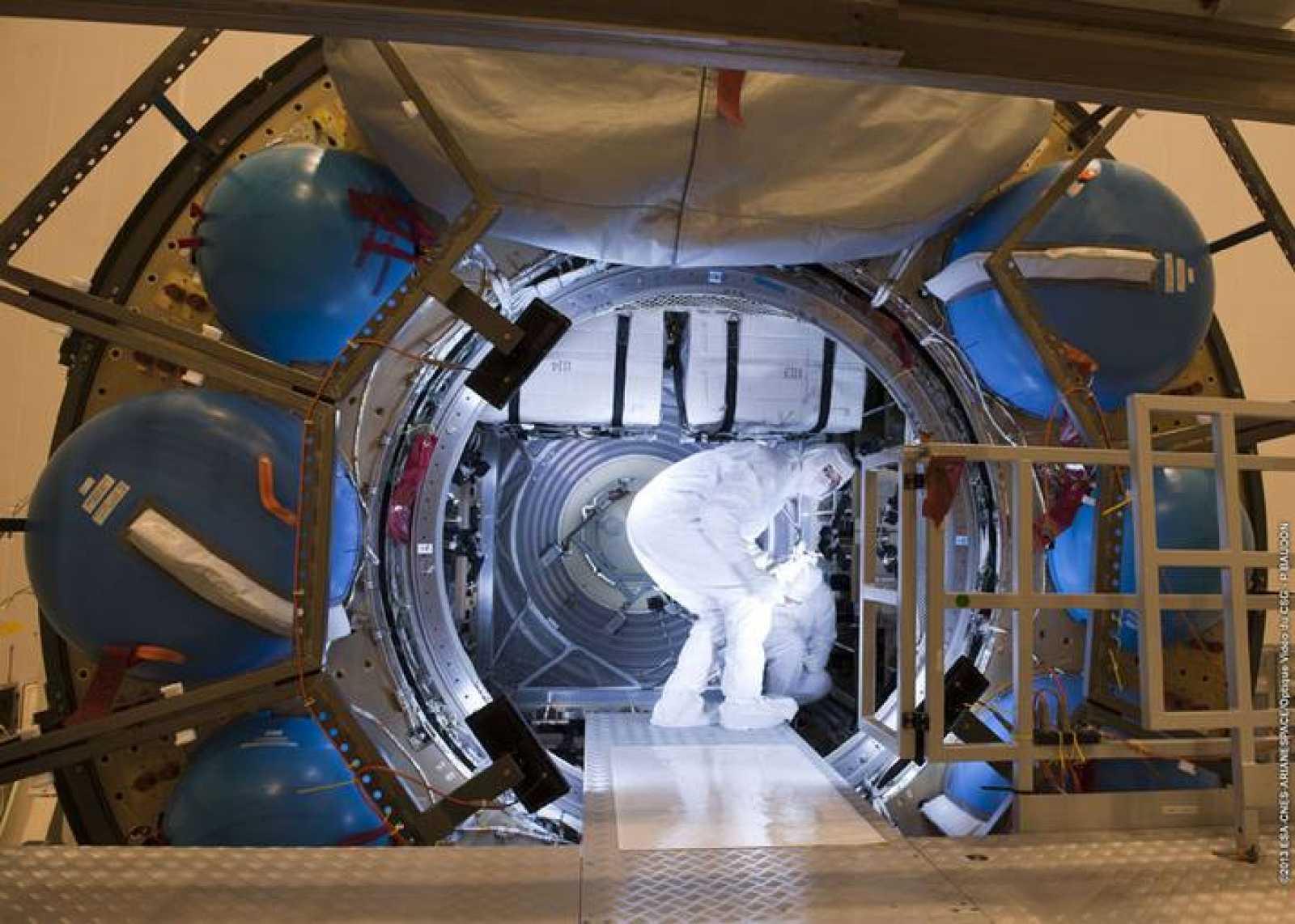Un técnico de la Agencia Espacial Europea durante el proceso de carga del ATV-4.