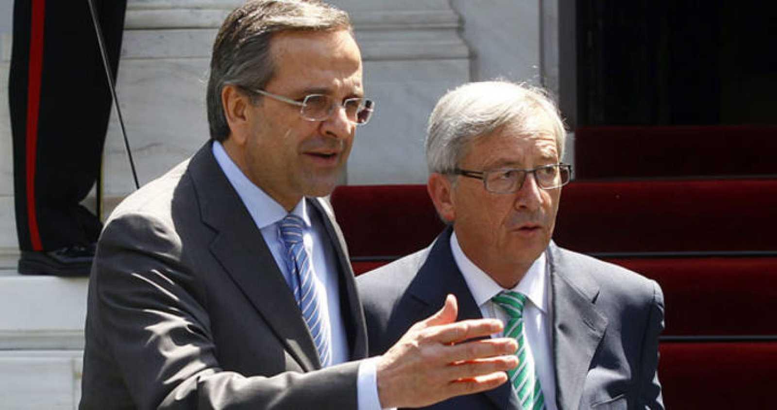 El jefe de Gobierno griego, Andonis Samarás, y el primer ministro luxemburgués, Jean-Claude Juncker, tras su reunión en Atenas este martes.
