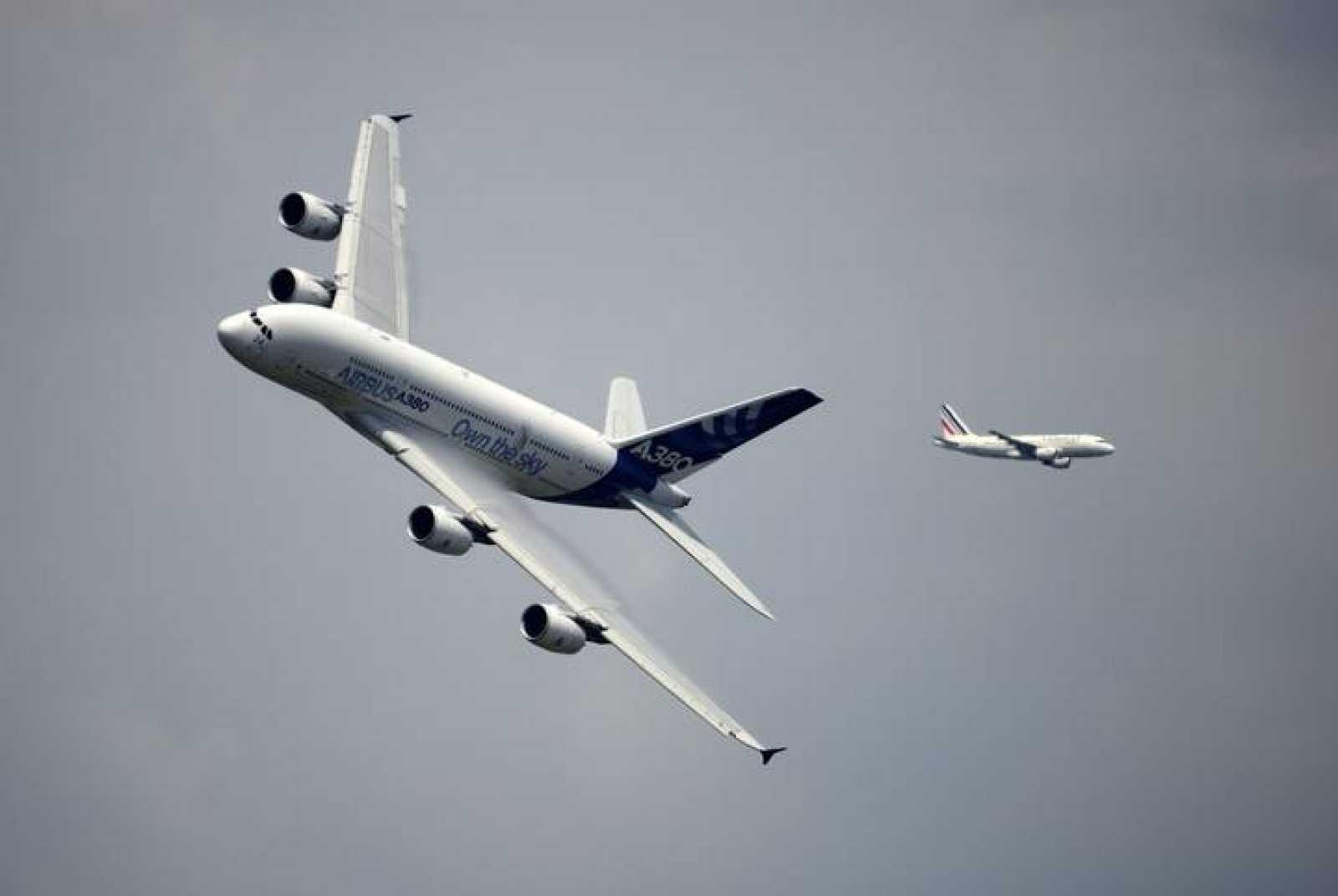 Un Airbus A380 vuela sobre el aeropuerto de Le Bourget en la jornada inaugural del Salón Aeronáutico Internacional de París