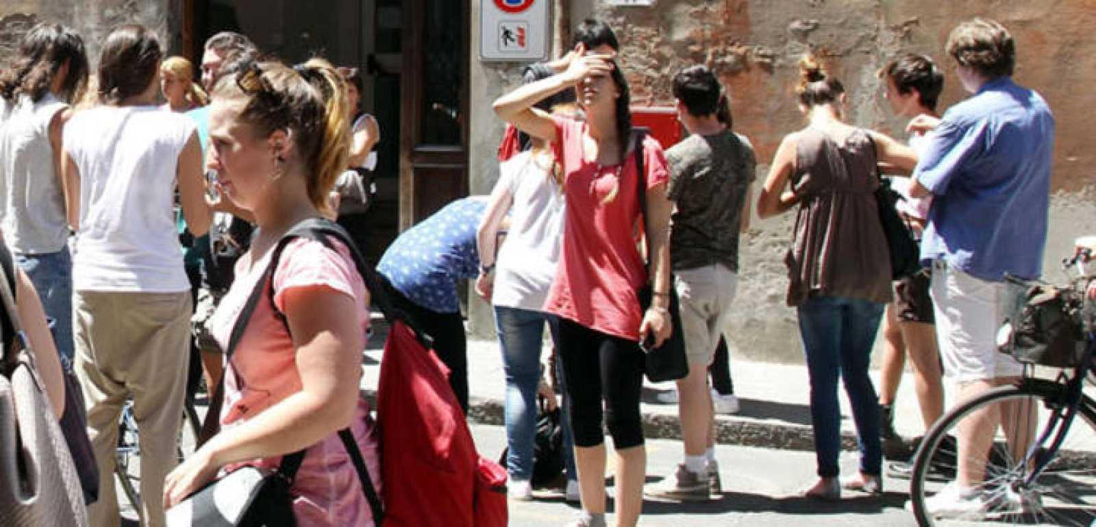 Varias personas después del terremoto en el  centro de Italia