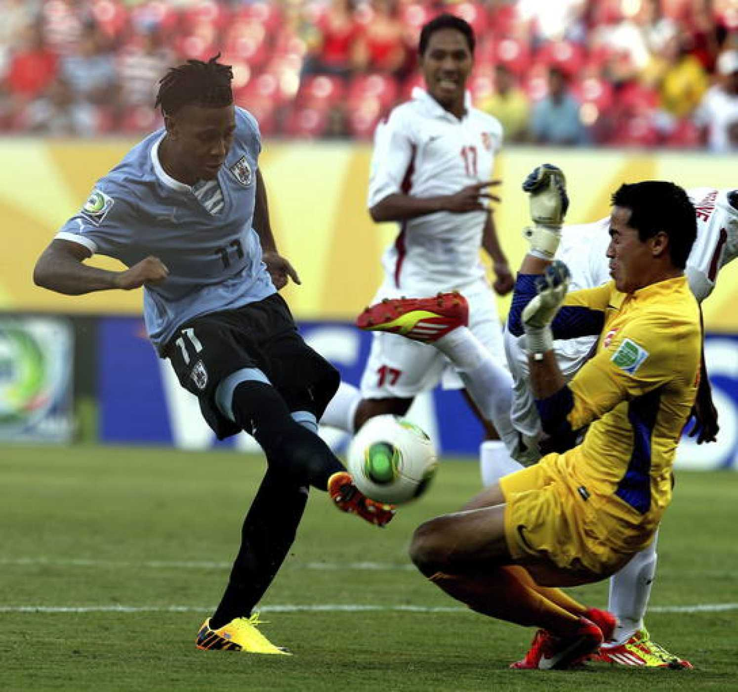 El jugador uruguayo Abel Hernández pelea por el control del balón con el portero de Tahití Gilbert Meriel.