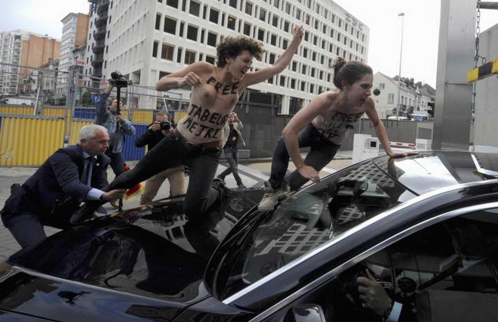 Activistas de FEMEN se lanzan sobre el coche del primer ministro tunecino, Ali Larayedh, en Bruselas