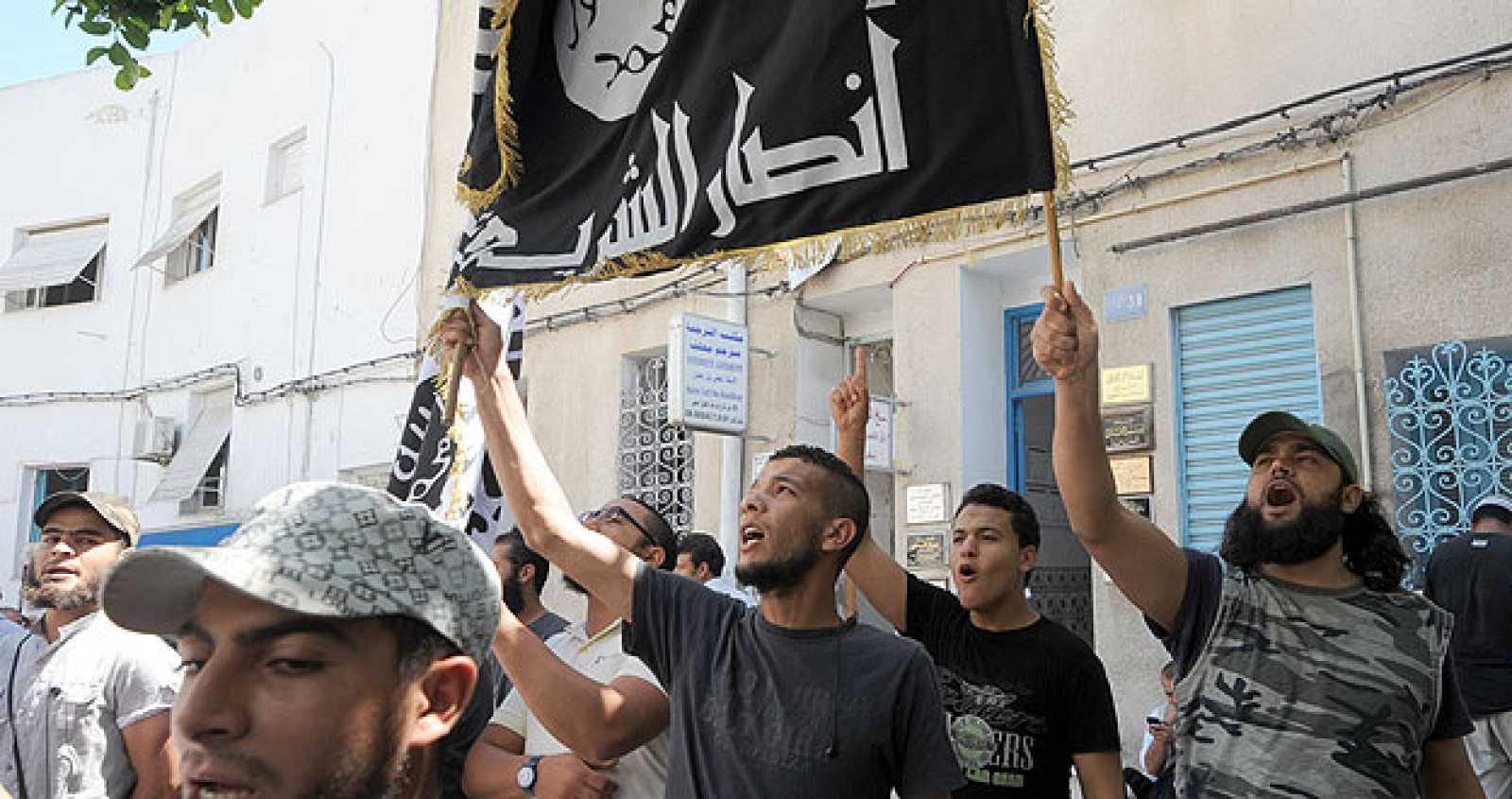 Salafistas musulmanes tunecinos gritan consignas contra el movimiento Femen frente al Palacio de Justicia.