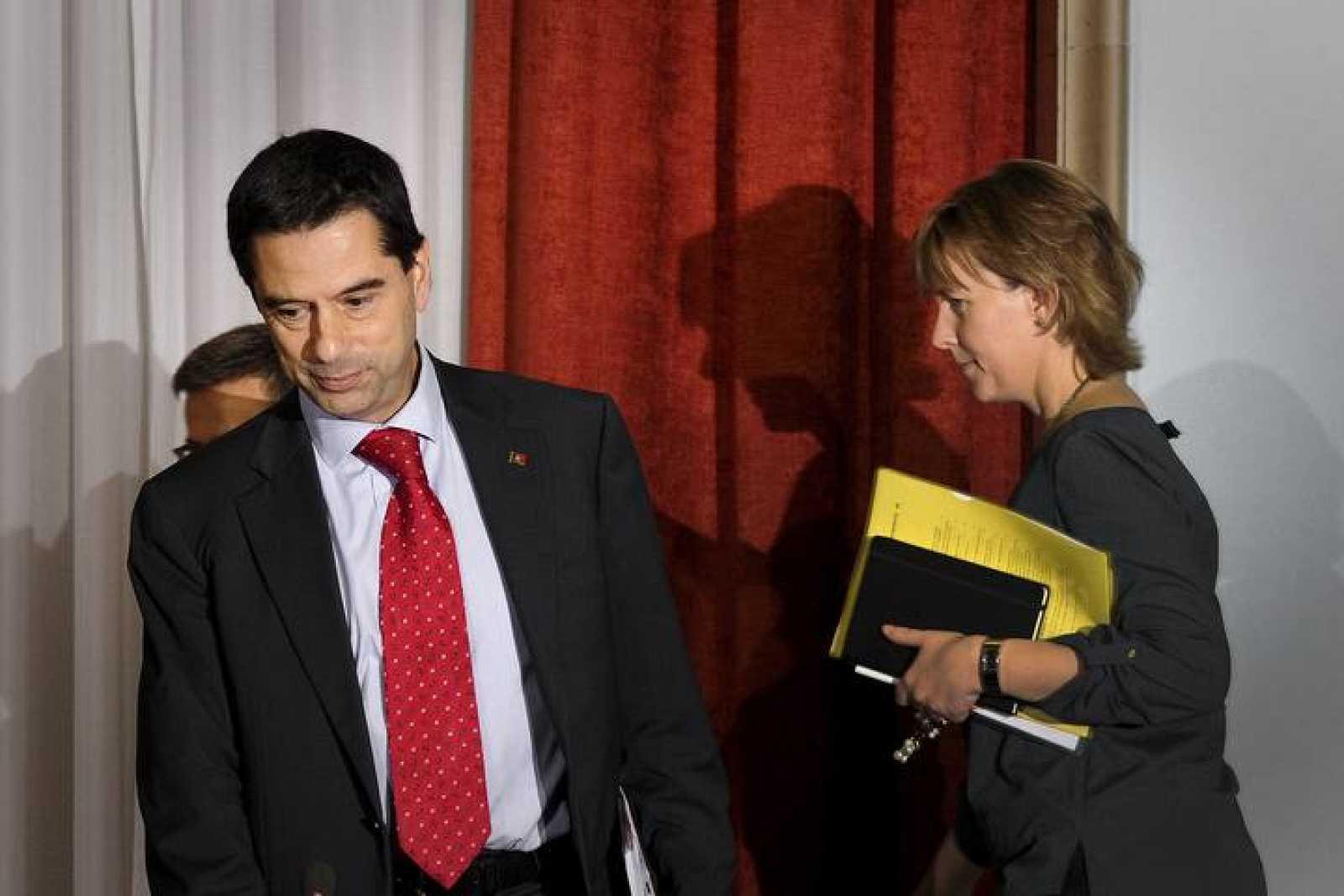 Foto de archivo (3 de octubre de 2012) en la que se ve al dimisionario ministro Vitor Gaspar junto a la nueva ministra de Finanzas, Maria Luis Albuquerque