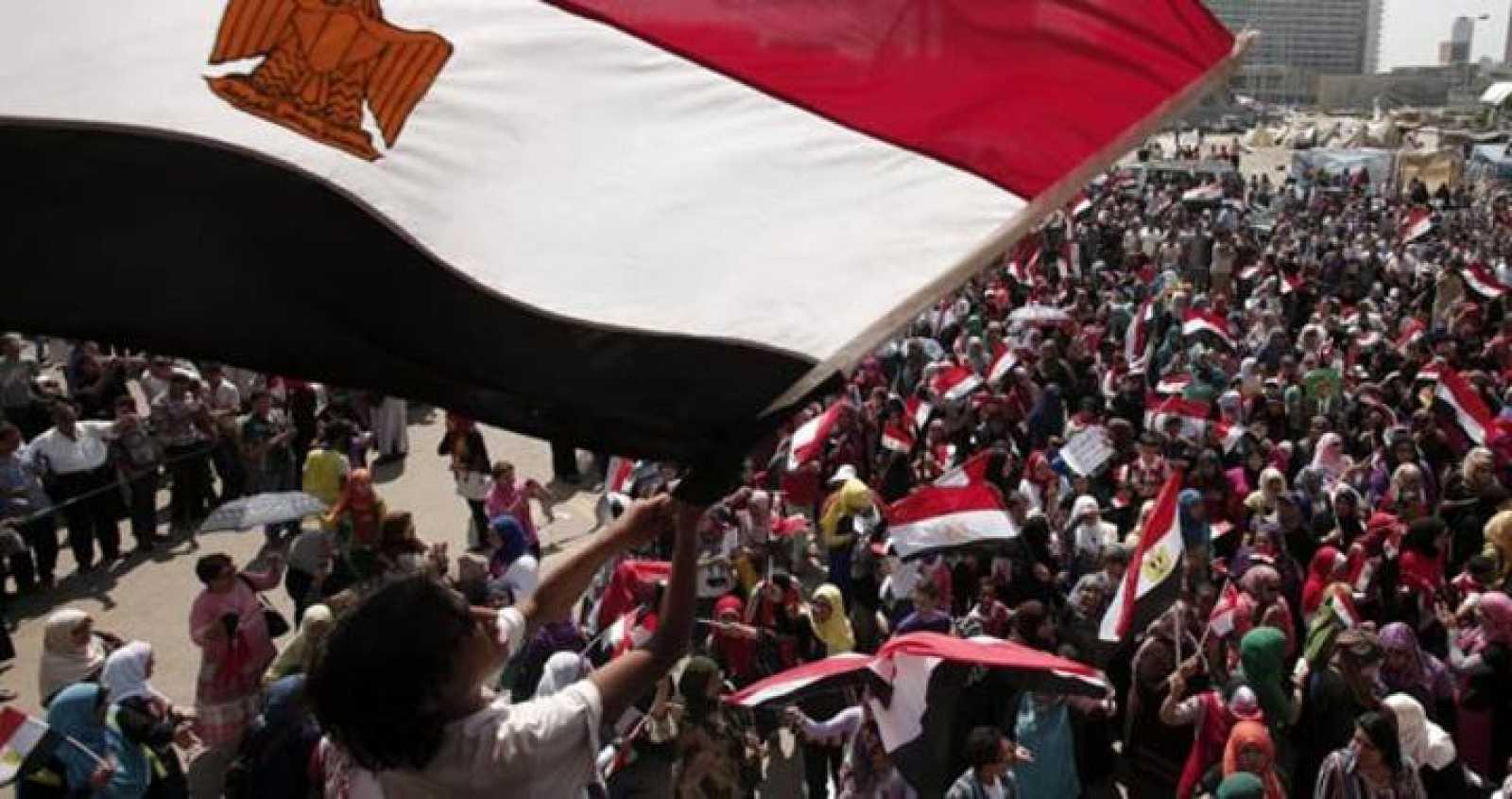 Manifestantes celebran la caída de Morsi en la plaza Tahrir