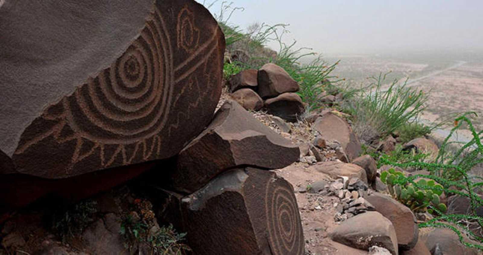 Petroglifos de 6.000 años de antiguedad sobre las rocas en el yacimiento de Narigua, en las colinas del sur de Coahuila, México.