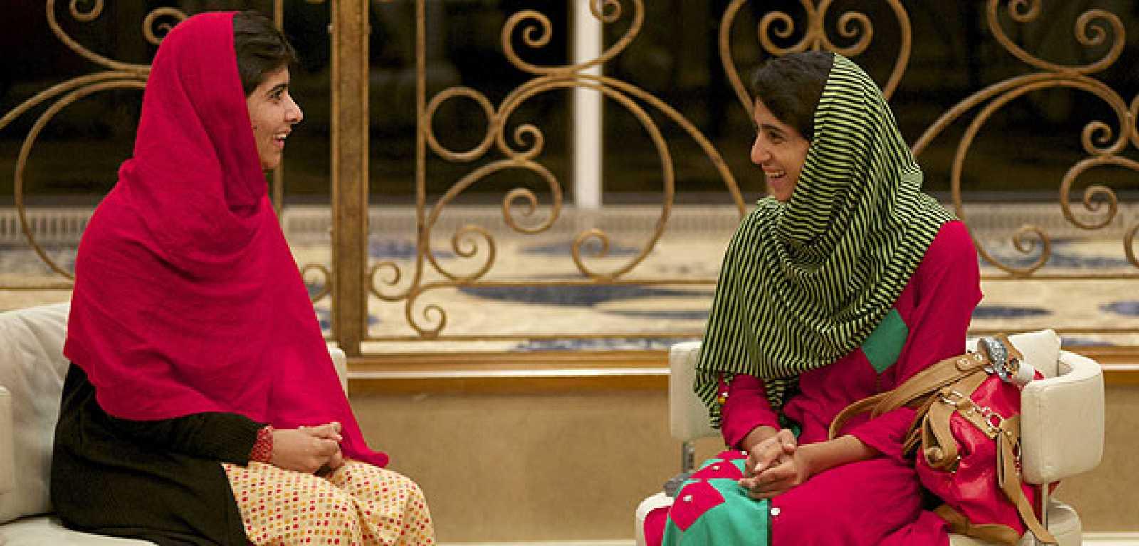 Malala Yousafzai, a la izquierda, conversa con una amiga tras reencontrarse en Birmingham.