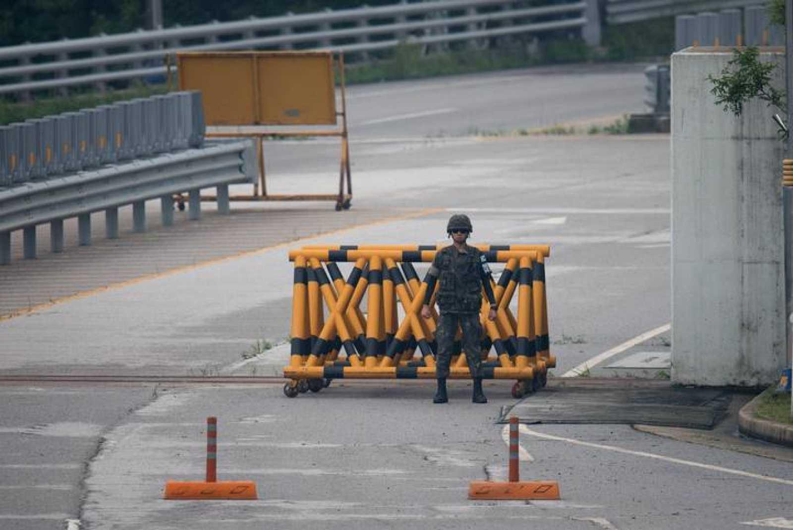 Un soldado surcoreano guarda su posición en la frontera entre ambas Coreas, en el complejo industrial de Kaesong.