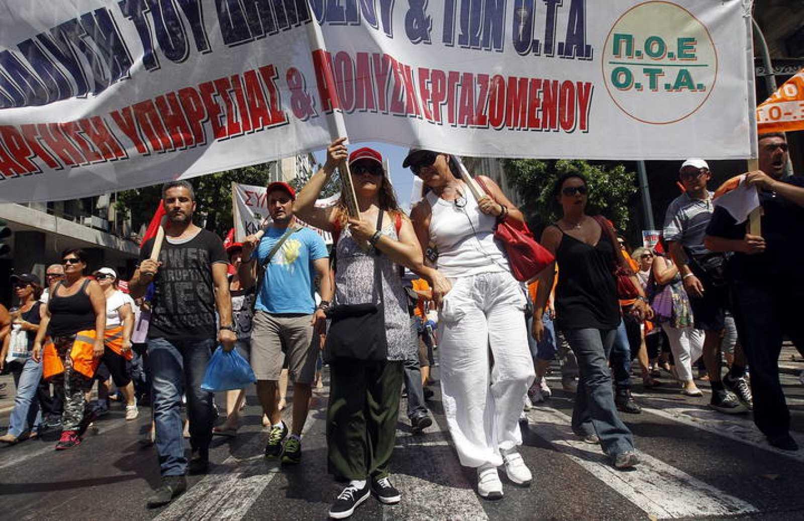 Empleados públicos protestan en los alrededores del Parlamento en Atenas
