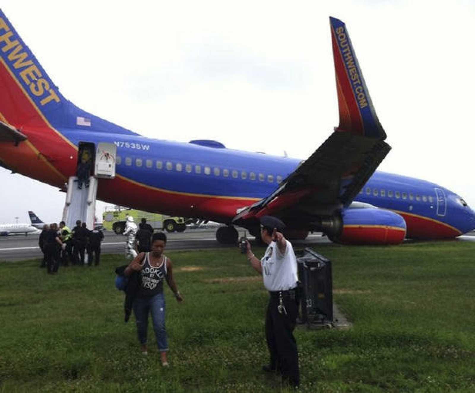El avión accidentado de la compañía Southwest Airlines se apoya sobre la pista la pista mientras los pasajeros son desembarcados, en el aeropuerto de La Guardia en Nueva York.