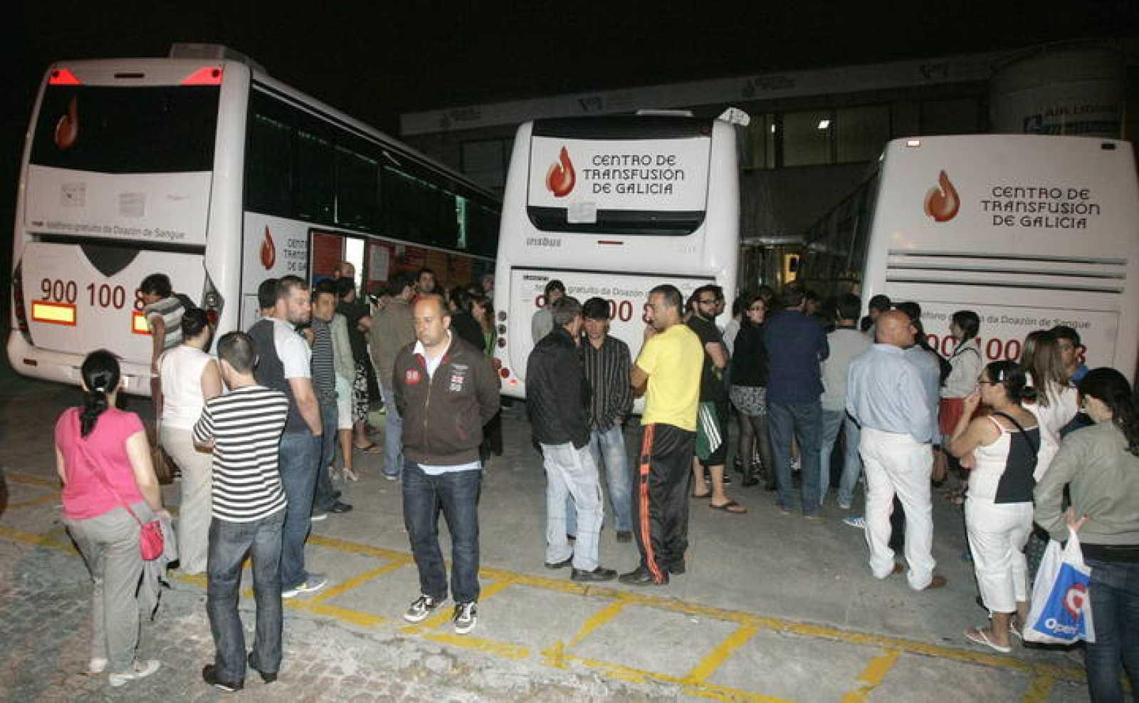 Numerosos ciudadanos han respondido a la petición de donar sangre en el centro de Transfusión de Galicia.