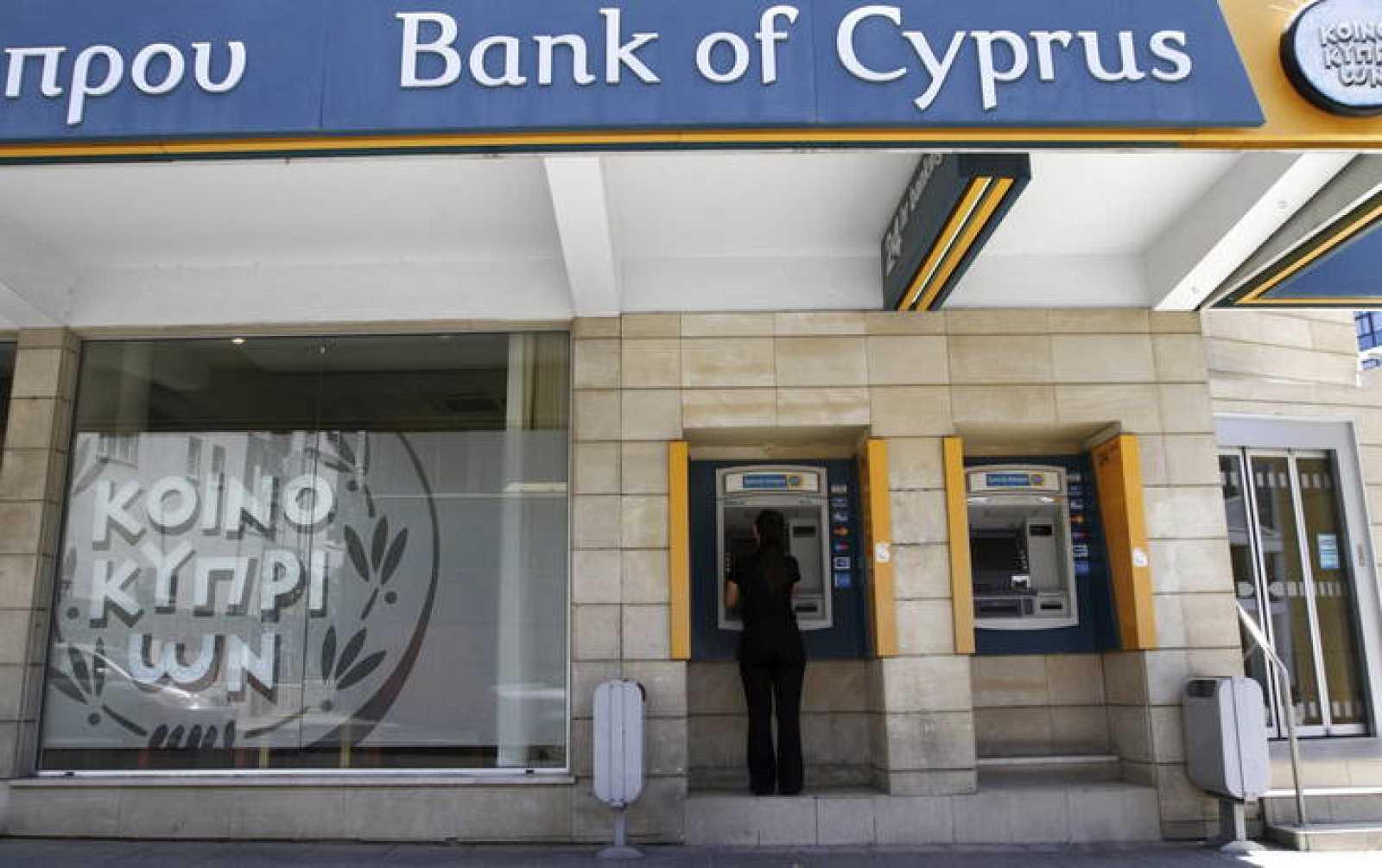 Una mujer retira dinero de un cajero automático del Banco de Chipre en Nicosia, Chipre