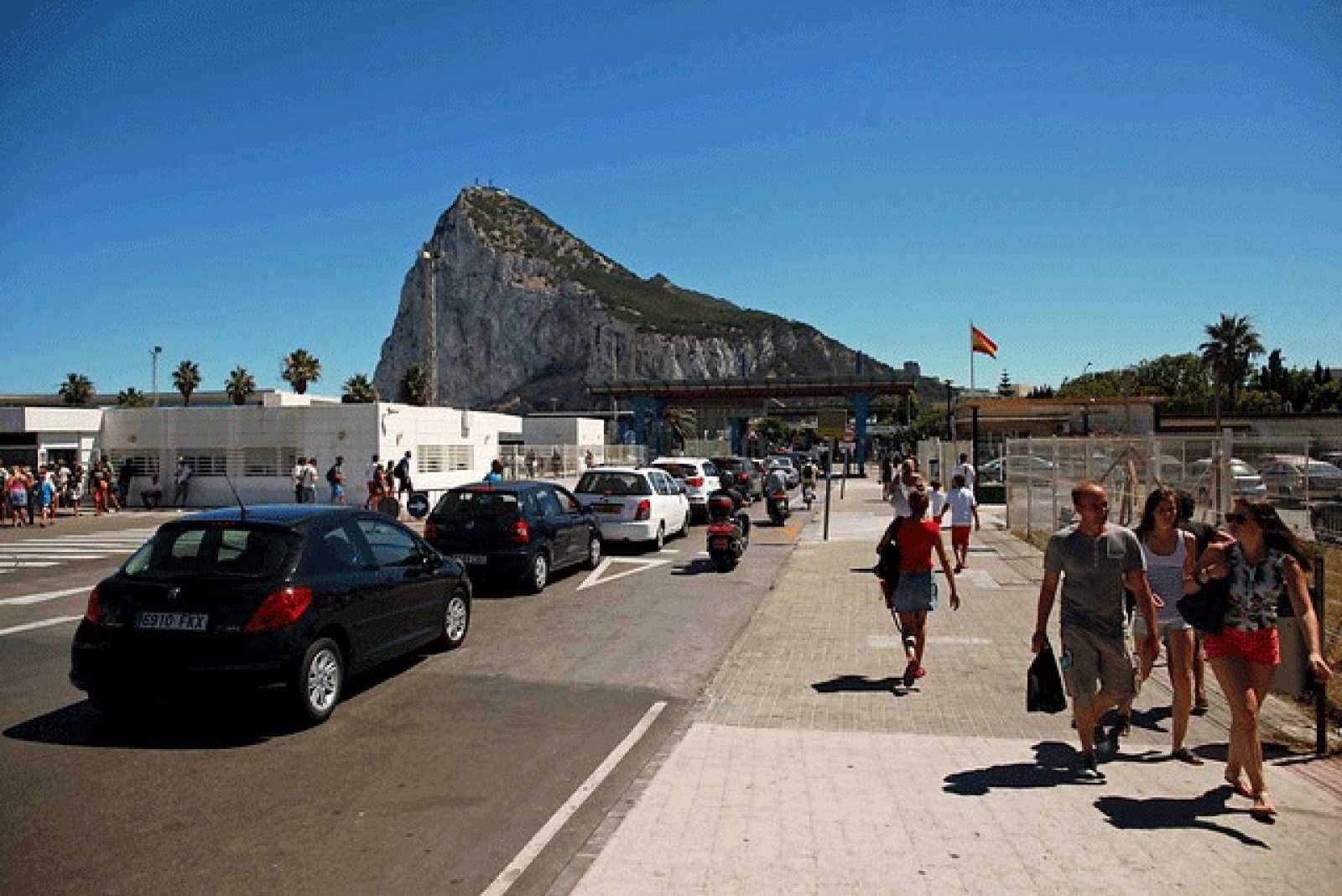 Una cola de vehículos espera para acceder al Peñón de Gibraltar