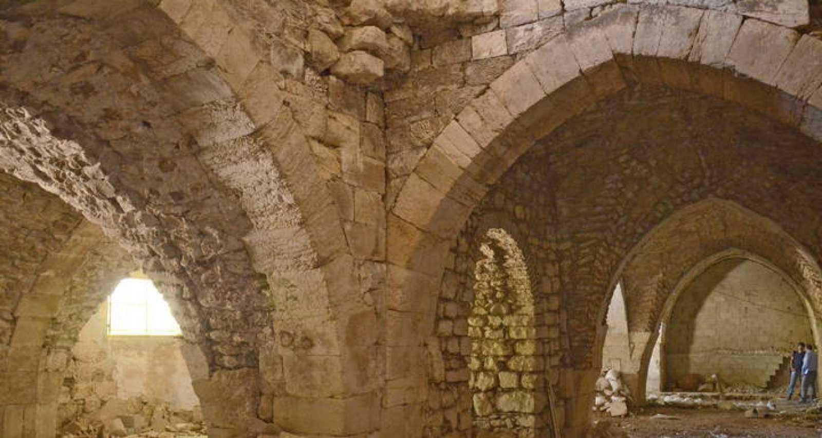 Pilares, arcos apuntados y techo abovedado de una de las galerías del hospital regentado por una orden cruzada