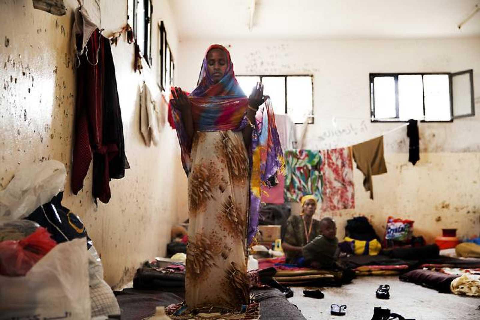 Una mujer reza en el centro de detención para inmigrantes de Saná, Yemen