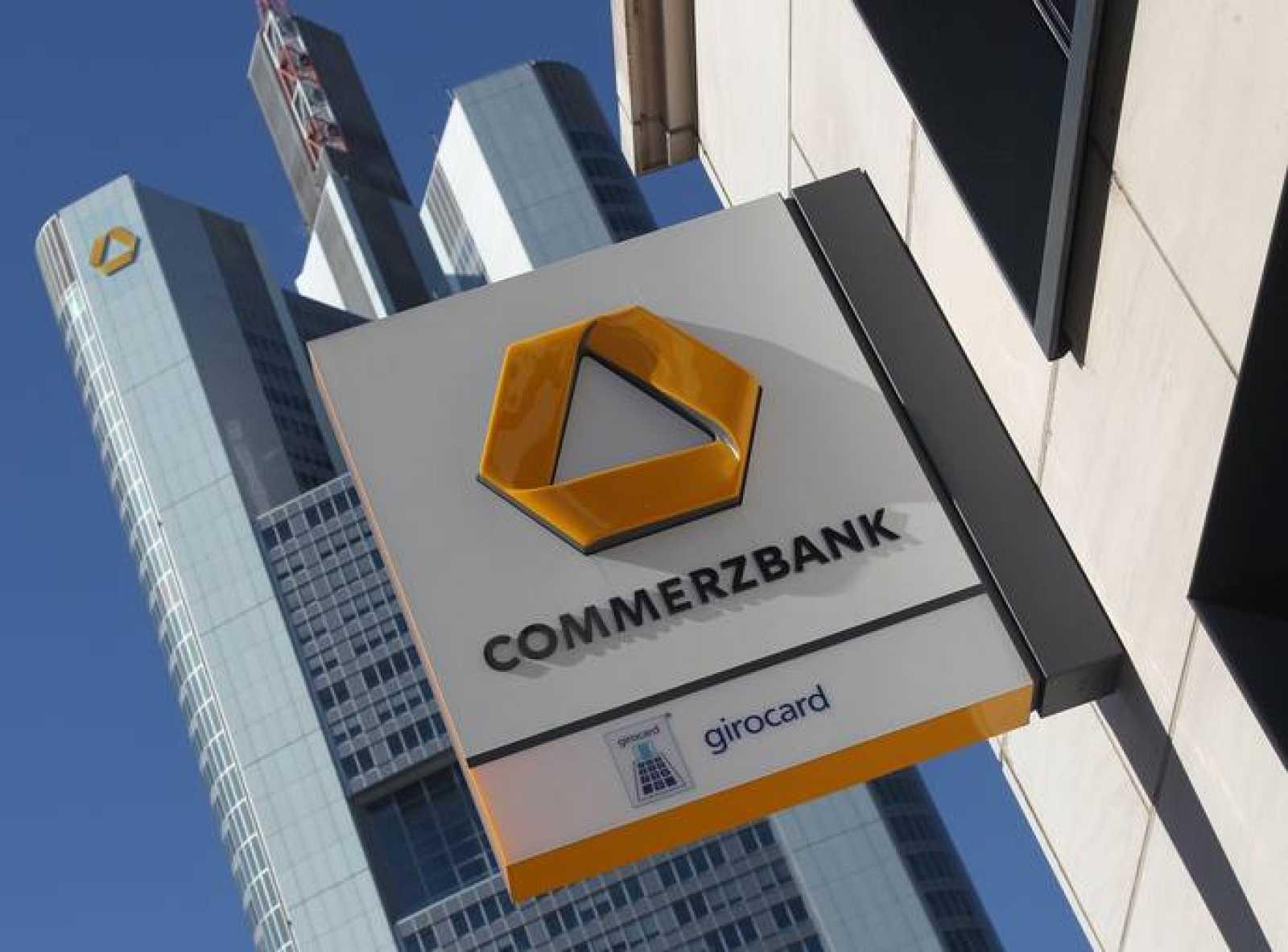 El logo del Commerzbank en una sucursal cerca de las oficinas centrales en Fráncfort