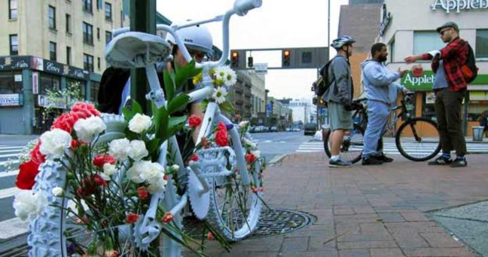 Una bicicleta colocada en el barrio neoyorkino de Harlem en memoria de un atropello