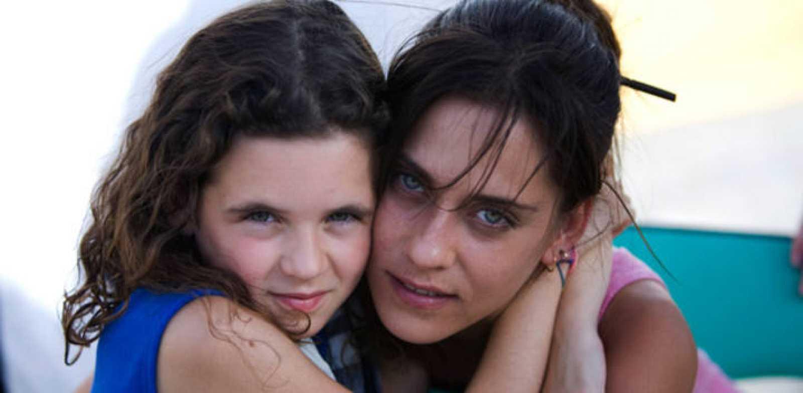 La niña Noa Fontanals y María León