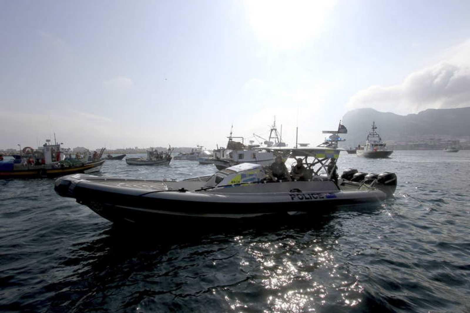 Pesqueros andaluces han protagonizado una protesta contra los bloques de hormigón de Gibraltar