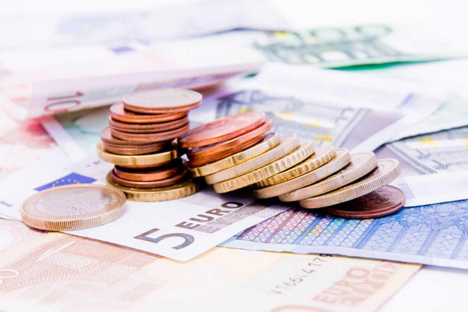 Imagen de billetes y monedas de euros