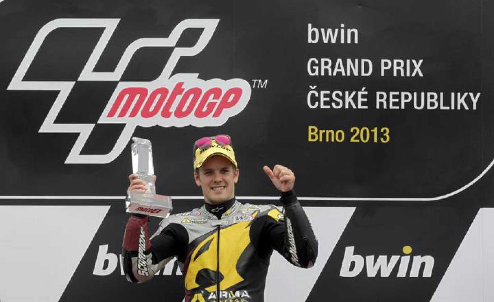 Mika Kallio celebra su victoria en el podio de Brno.