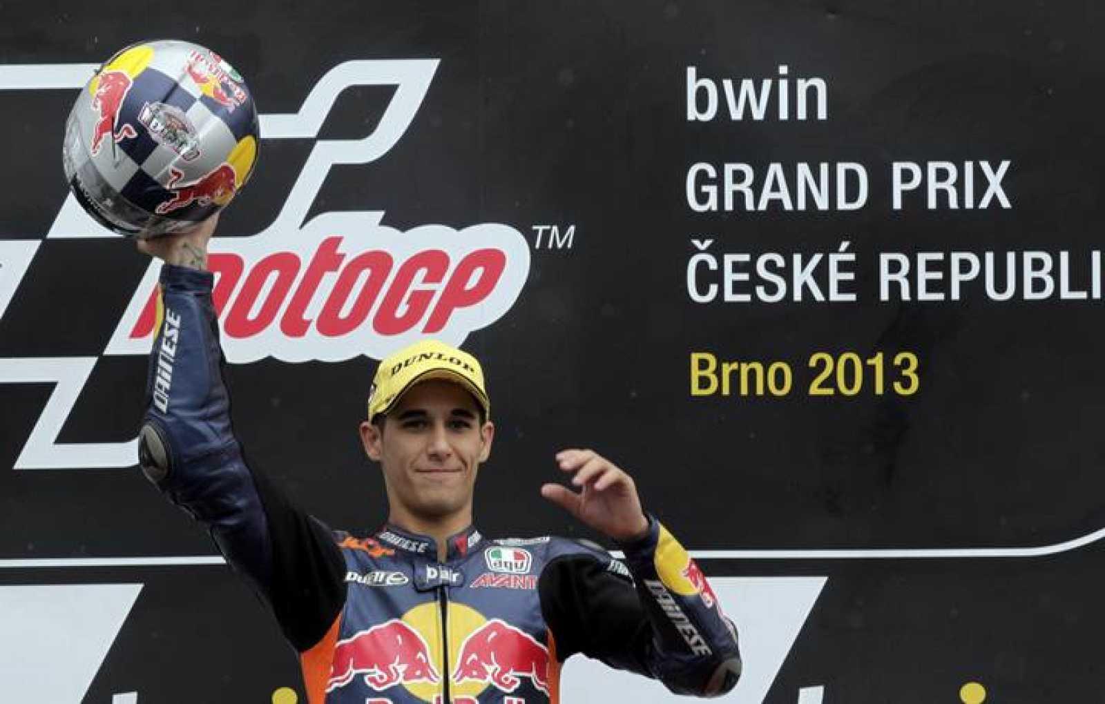 El español Salom celebra su victoria en el podio de Brno.