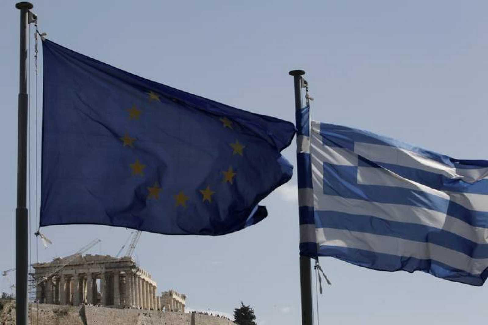 La bandera de la UE ondea junto a la de Grecia en las cercanías del Partenón