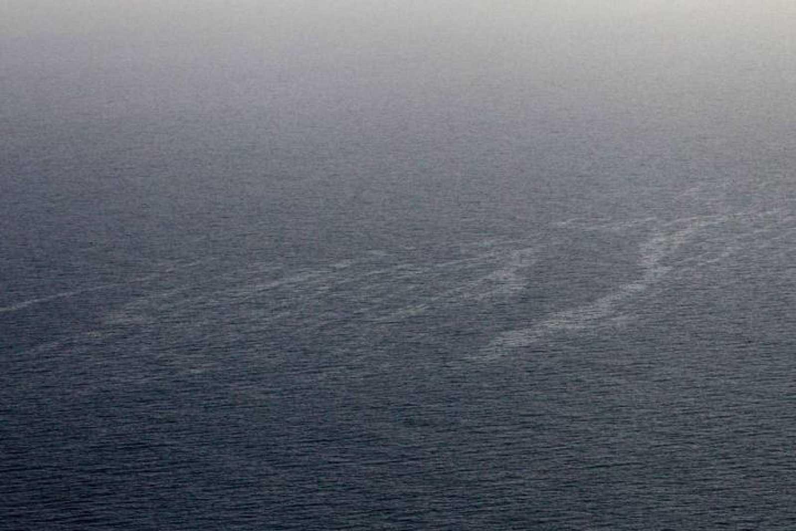 Imagen aérea del derrame de hidrocarburos en la costa de Córcega