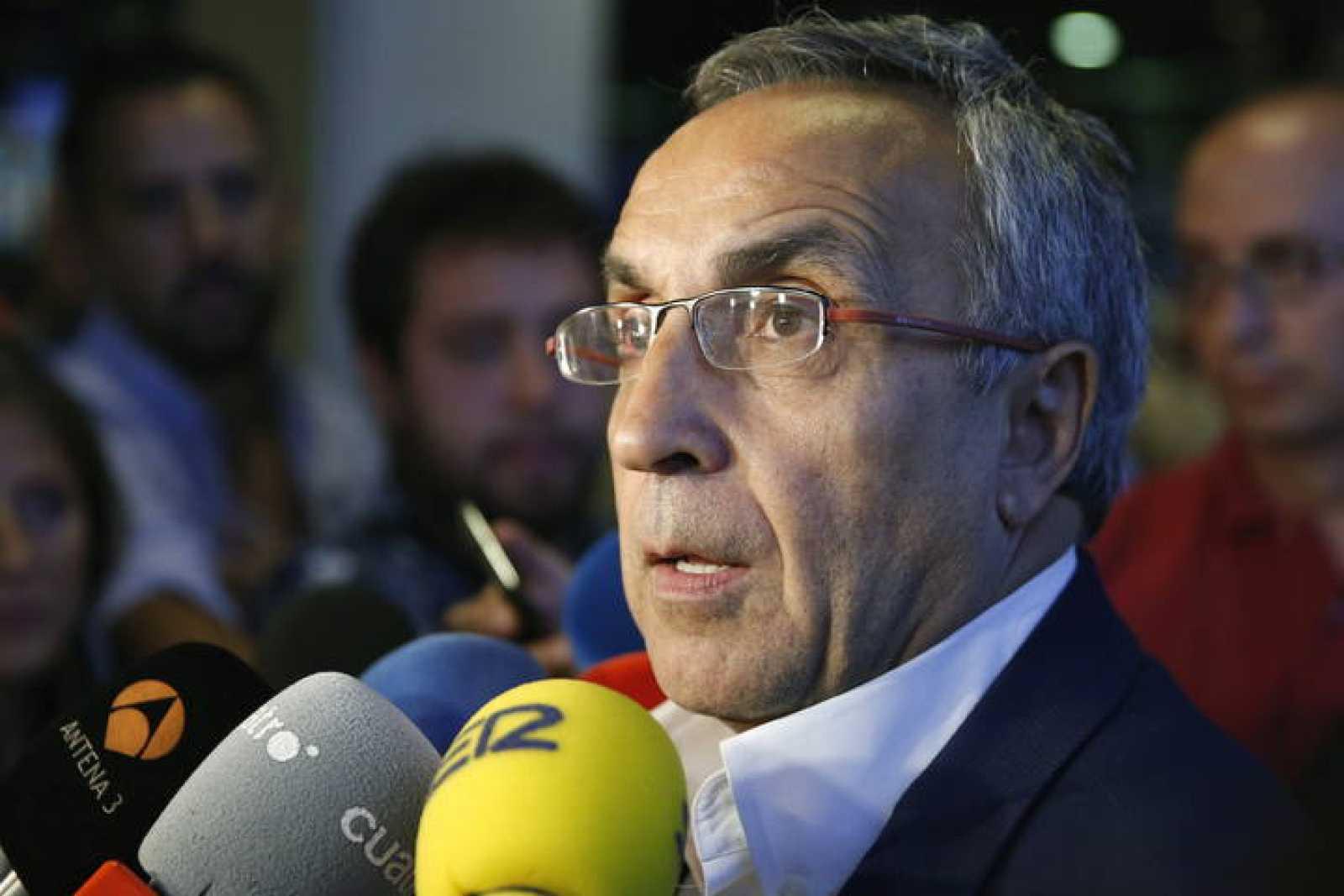 El presidente del COE, Alejandro Blanco,contesta a las preguntas de los periodistas  en el aeropuerto de Barajas.
