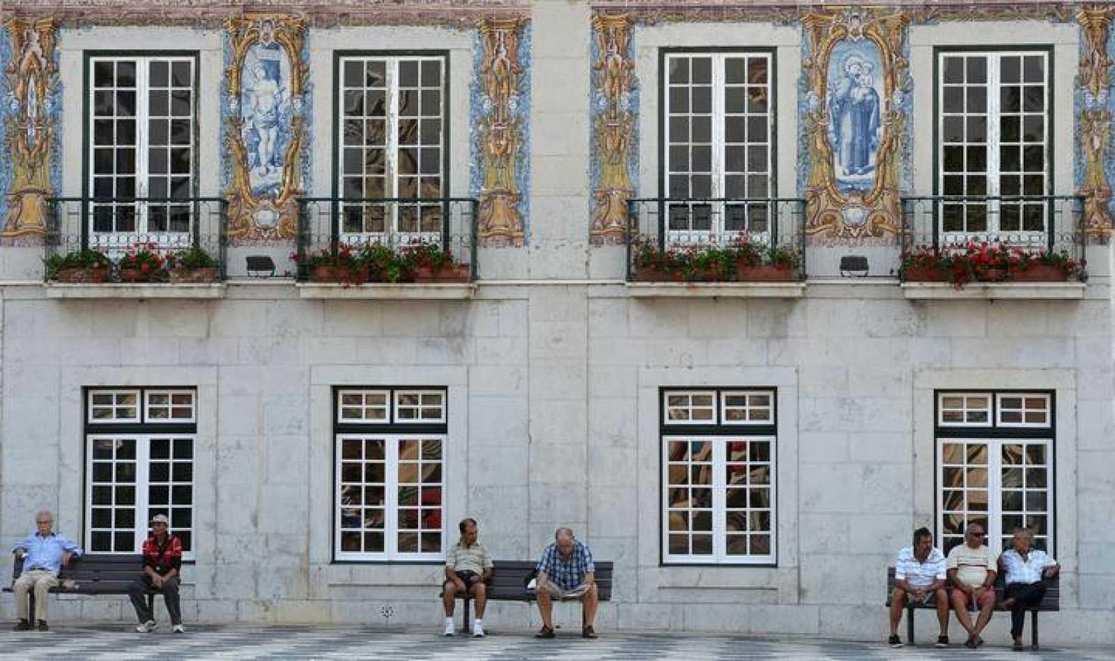 Jubilados en una plaza de Lisboa