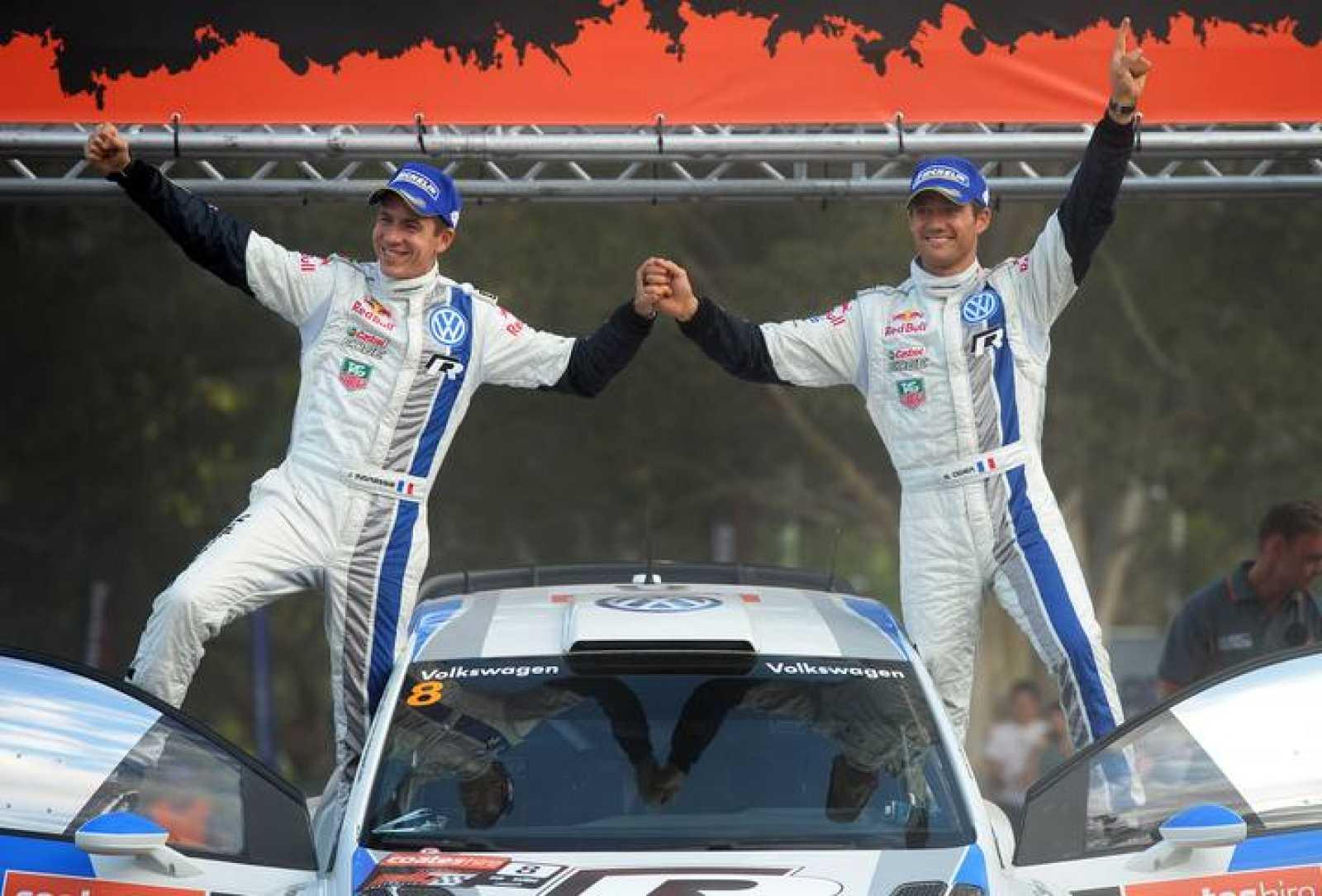 El francés Sebastien Ogier (d) y su copiloto Julien Ingrassia (i)