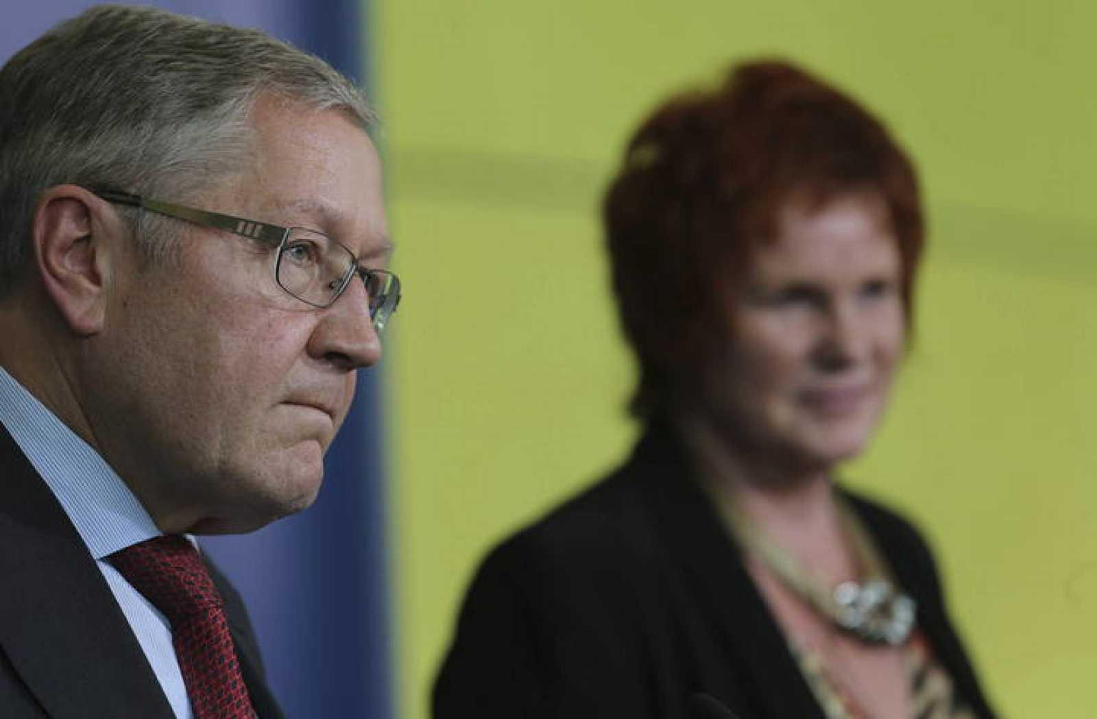 El jefe del MEDE, Klaus Regling, y la presidenta de la Comisión de Asuntos Económicos del PE, Sharon Bowles