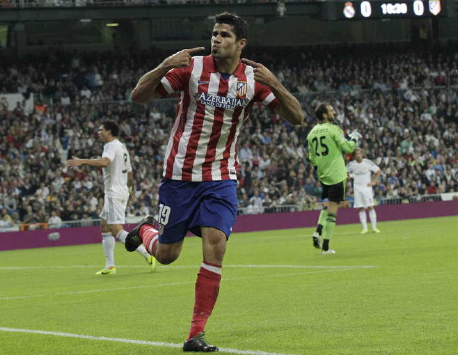 El delantero brasileño del Atlético de Madrid Diego Costa celebra tras  marcar ante el Real Madrid fd8a33dedd67a
